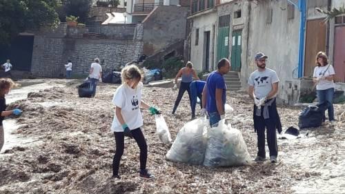 Una spiaggia piena di plastica affoga Santa Flavia 4