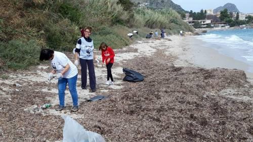 Una spiaggia piena di plastica affoga Santa Flavia 6