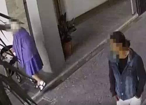 Anziana di 88 anni col deambulatore scippata: ladro preso grazie a un video