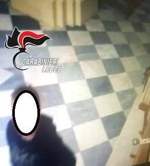 Nel Leccese, ladro in azione per rubare le offerte e una collana di oro 2