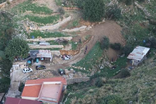 Il video dei rifiuti pericolosi sul torrente: il sequestro a Carini