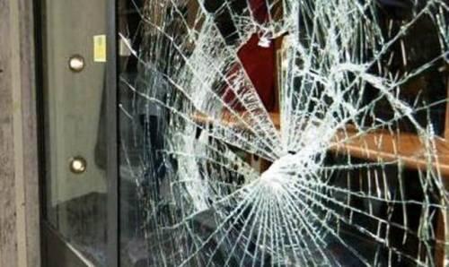 Rubano una jeep e fanno un colpo in tabaccheria, rompendo i vetri con la spranga