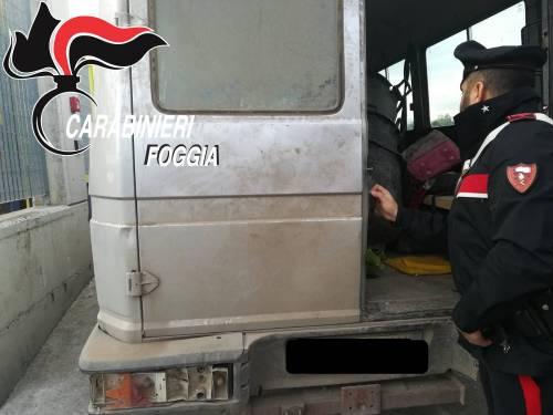 Foggia, alla guida di un furgone carico di braccianti: arrestati caporali africani