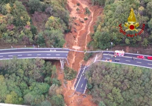 La massa di terra mai monitorata: così ha provocato il crollo sull'A6