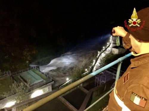 I vigili del fuoco a Luino guardano il fiume in piena 3
