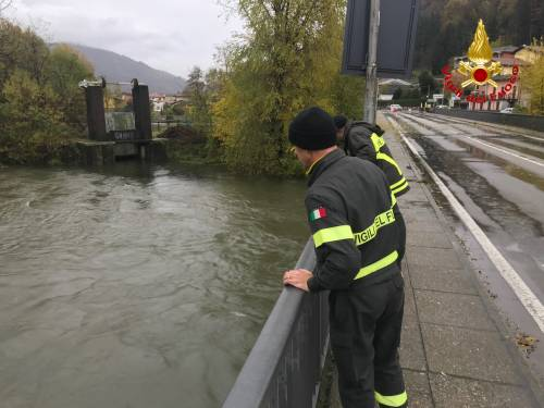 I vigili del fuoco a Luino guardano il fiume in piena 2
