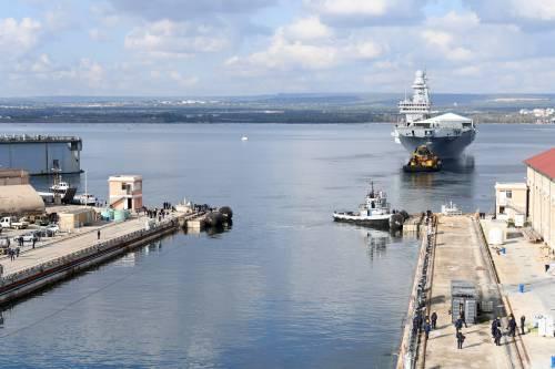 Taranto, le immagini della portaerei Cavour in uscita 2