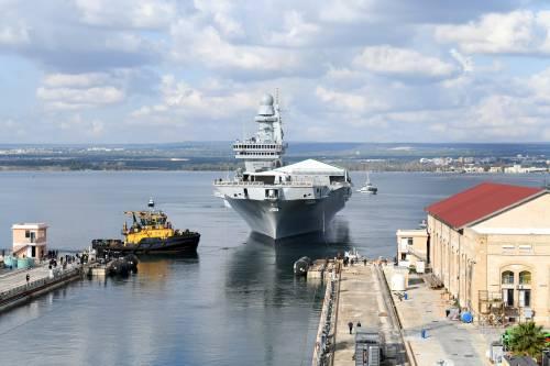 Taranto, le immagini della portaerei Cavour in uscita 4