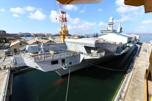Taranto, le immagini della portaerei Cavour in uscita 5