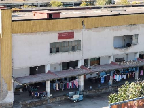 Napoli, l'accampamento dei rom nell'ex mercato ortofrutticolo 10