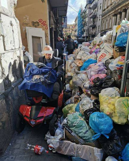 Emergenza rifiuti in città: disabili costretti a fare slalom tra l'immondizia
