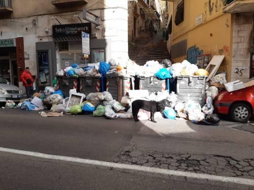 Le immagini dei cumuli di rifiuti in città