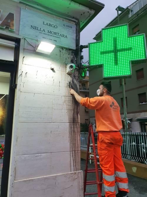 Dopo il raid vandalico il Comune ripulisce le targhe delle vittime delle leggi razziali
