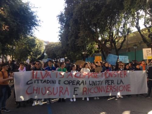 Taranto, il quarto sciopero per il clima nella città dell'acciaio 7