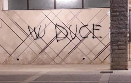 """Bitetto, scrive sui muri """"W Duce"""" dopo la cittadinanza onoraria a Liliana Segre"""