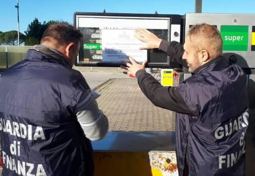 Olio di semi di girasole nel gasolio: denunciati i titolari di un distributore