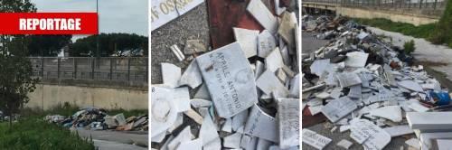 Quel cimitero abusivo di lapidi abbandonate in un'area verde di Ponticelli