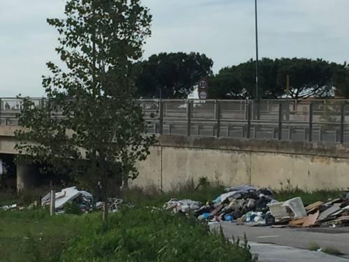 Napoli, lapidi in discarica abusiva a Ponticelli