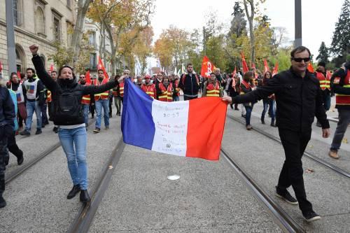 Manifestazioni in tutta la Francia con fumogeni e striscioni 2