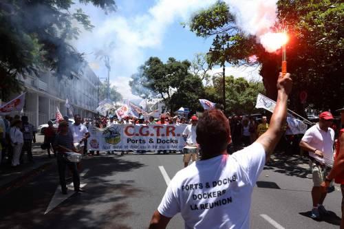 Manifestazioni in tutta la Francia con fumogeni e striscioni 3