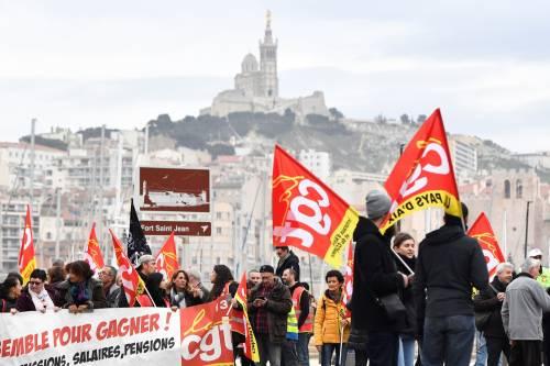 Manifestazioni in tutta la Francia con fumogeni e striscioni 4