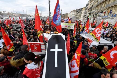 Manifestazioni in tutta la Francia con fumogeni e striscioni 6
