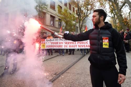 Manifestazioni in tutta la Francia con fumogeni e striscioni 8