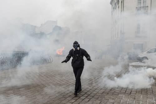 I black bloc sono scesi in piazza. Scontri con la polizia francese 4