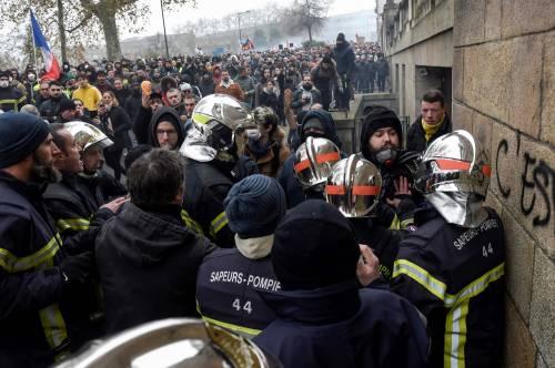 Pestaggi, violenza, omertà e disagi: cosa significa fare il poliziotto in Francia