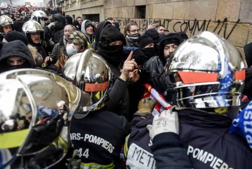 I black bloc sono scesi in piazza. Scontri con la polizia francese 2