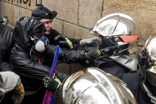 I black bloc sono scesi in piazza. Scontri con la polizia francese 3