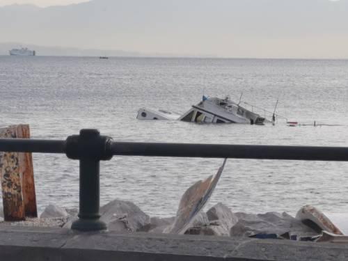 Natante affonda nel porticciolo di Mergellina: lo specchio d'acqua a rischio inquinamento