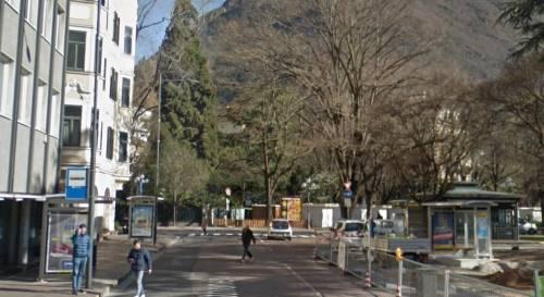 Bolzano, stranieri ballano in strada e prendono a testate un autista