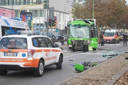 Milano, scontro tra bus Atm e camion Amsa. Una donna in coma