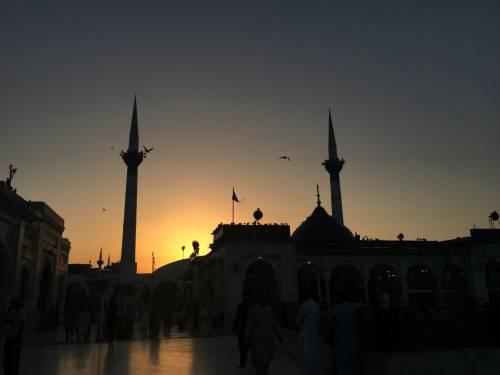 Covid-19, il predicatore dell'islam invita sui balconi per i canti di guerra