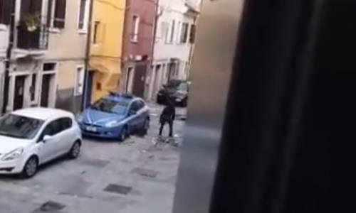 Distrugge a sprangate auto della polizia e semina il panico in strada