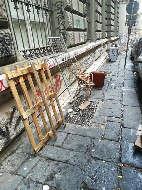 Rifiuti davanti chiesa Napoli 3