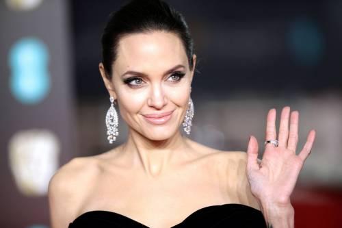 Angelina Jolie firma il tatuaggio di un fan