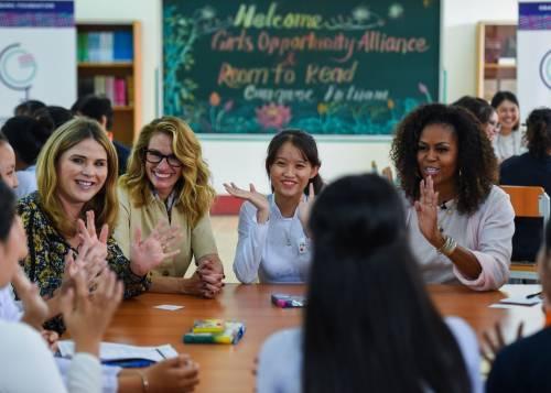 Julia Roberts e Michelle Obama insieme in Vietnam per sostenere l'educazione delle ragazze