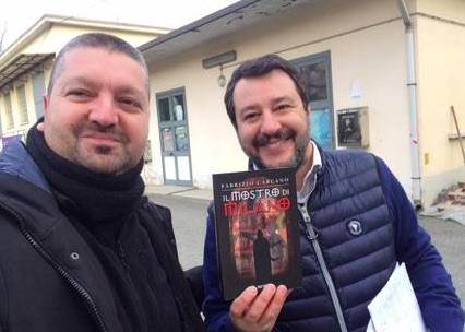 Fa un selfie con Salvini: insulti contro il giallista. E il noir vola in classifica