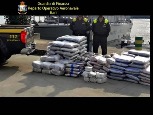 Bari, la guardia di finanza ferma un'imbarcazione piena di droga 3