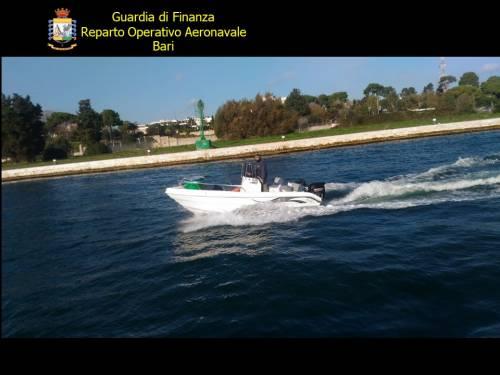 Bari, la guardia di finanza ferma un'imbarcazione piena di droga 2
