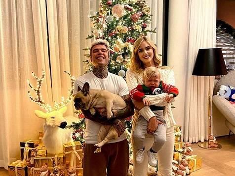 """Natale a casa Ferragnez, ma Leone piange e gli hater insorgono: """"Gli stai schiacciando le p..."""""""