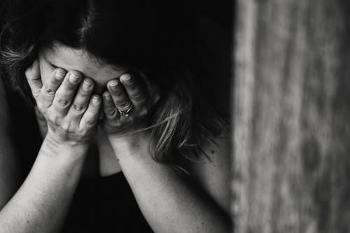 Offese e minacce contro una donna nonostante il divieto di avvicinamento