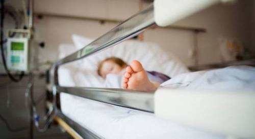 Affidato al padre che lo trascura: bimbo in coma per la febb
