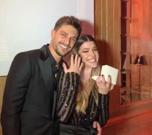 Andrea Zelletta regala l'anello a Natalia Paragoni