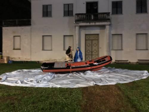 """Giuseppe e Maria sul gommone. Ira residenti: """"Ridateci il Natale"""""""