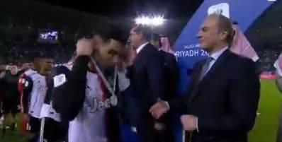 """Cristiano Ronaldo si toglie dal collo la medaglia. Social impietosi: """"Non sa perdere"""""""