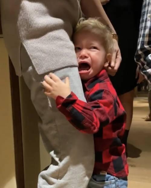 Leone incontra Babbo Natale ma scoppia a piangere