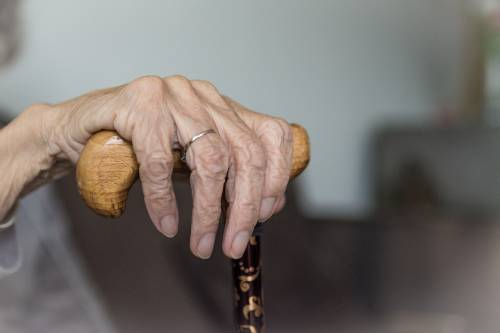 Bologna, anziana truffata e derubata da finta addetta alla d